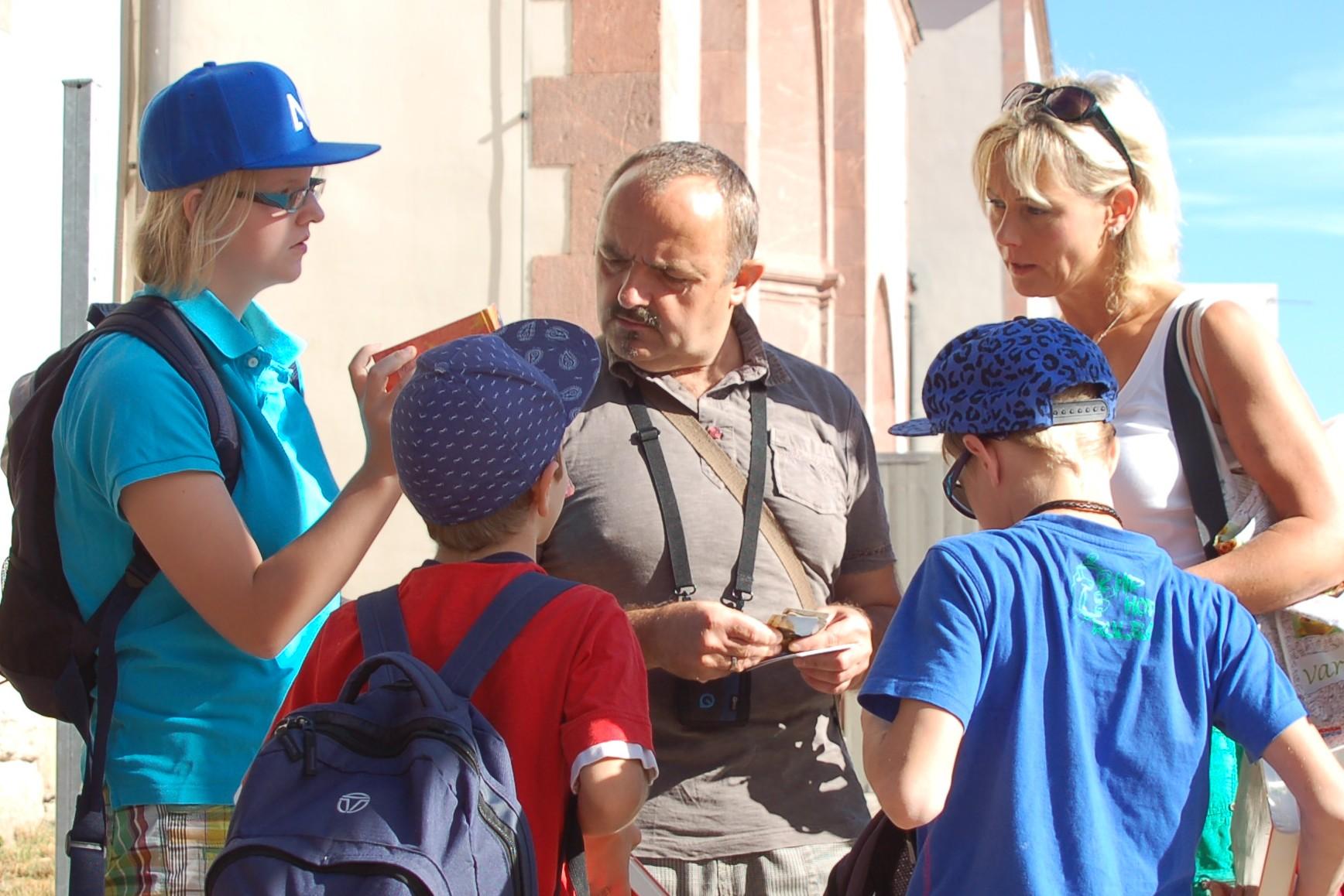 Fr. Trompter und Hr. Hofmann der WG 1 vom Zwergenland e.V. geben den Kindern die Gutscheine.