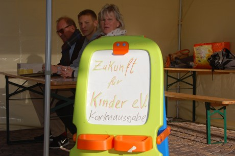 Herr Hiltermann, Herr Müller und Frau Schlosser (v.l.n.r.) von Zukunft für Kinder e.V. verwalten die Eintrittskarten udn Essensgutscheine