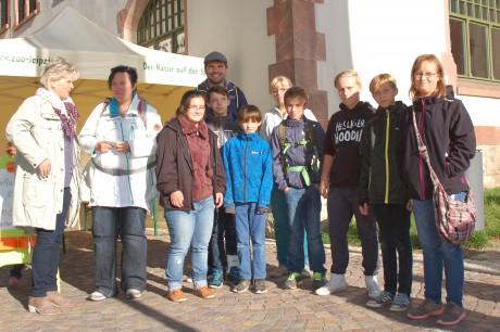 Kinder aus den Kinderheimen Machern mit ihren Betreuern und Frau Schlosser an der Kartenausgabe