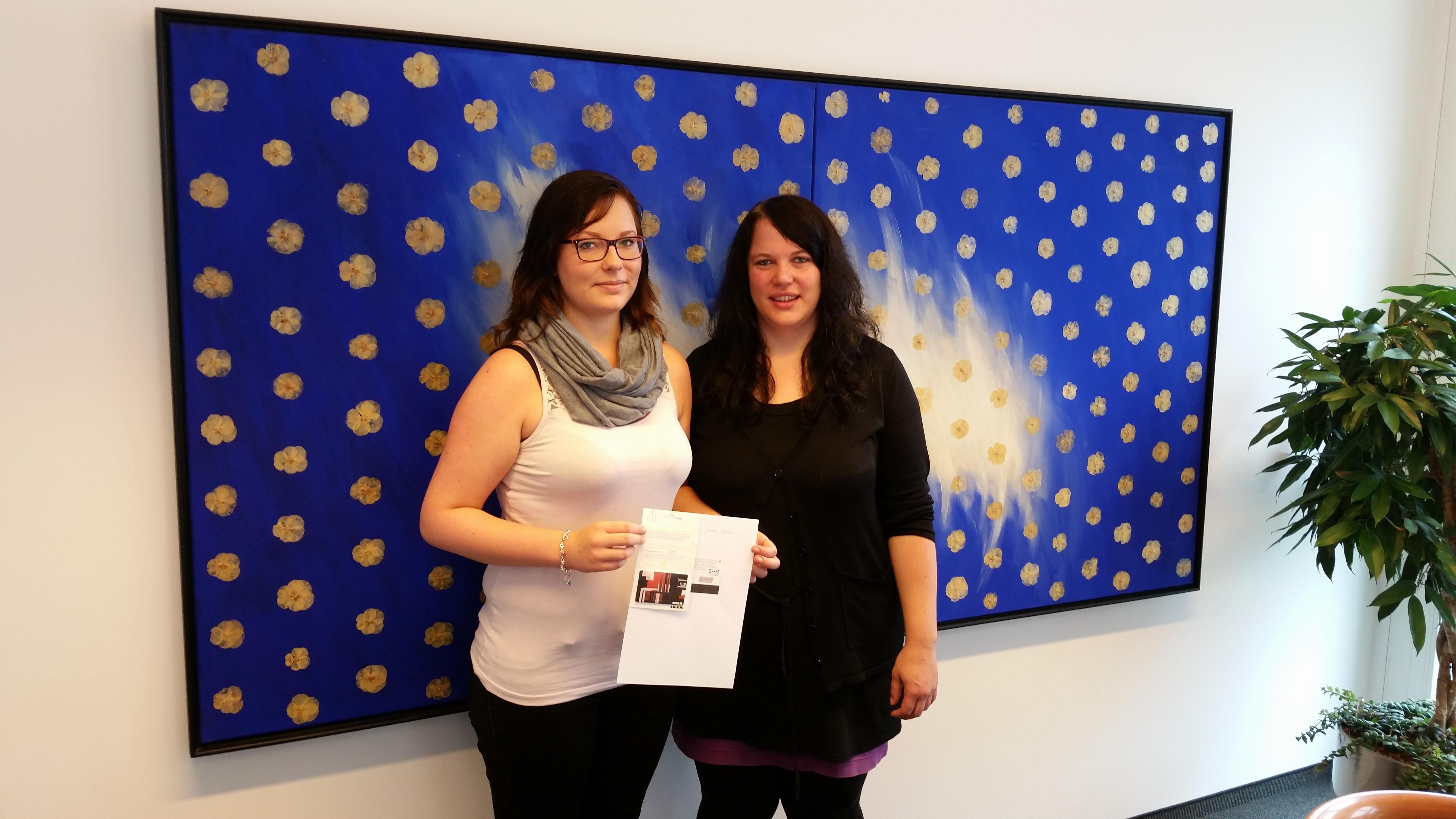 Jeanette und ihre Betreuerin begeistert vom IKEA-Gutschein